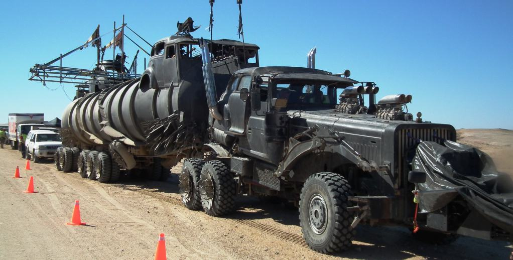 see the new vehicles from 39 mad max fury road 39 in action. Black Bedroom Furniture Sets. Home Design Ideas